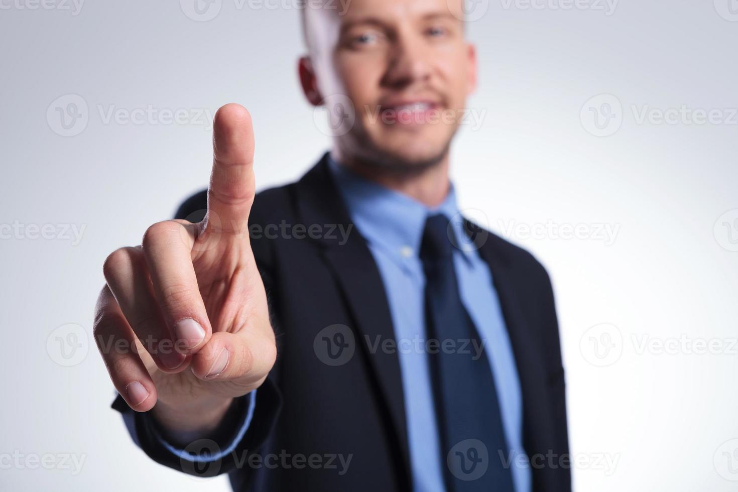 affärsman trycker på knappen foto