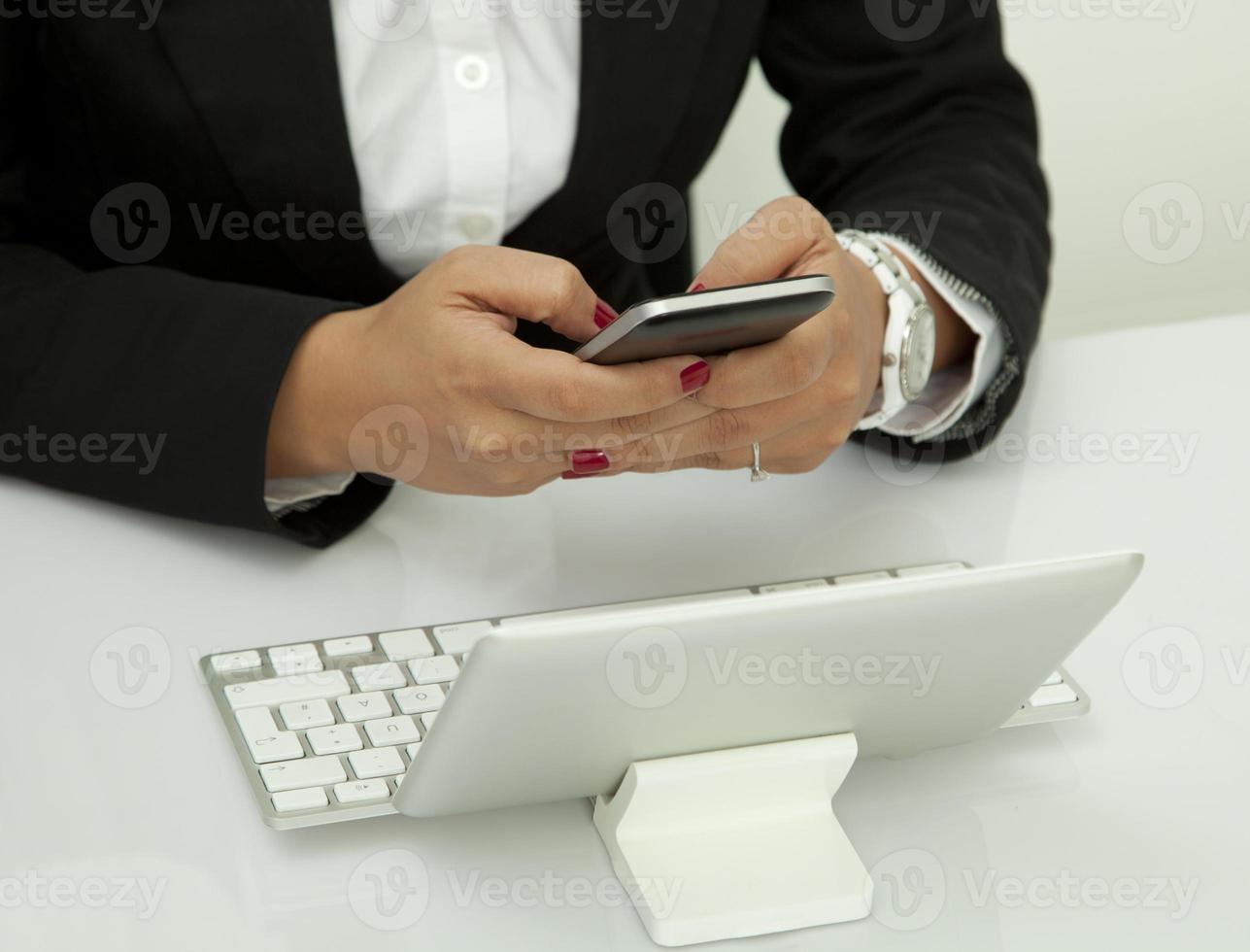 använder mobiltelefon på kontoret foto