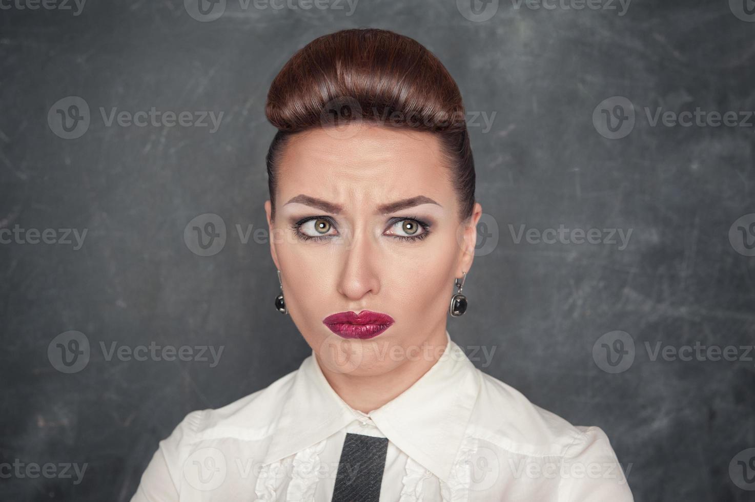vacker kvinna med sorgligt uttryck foto