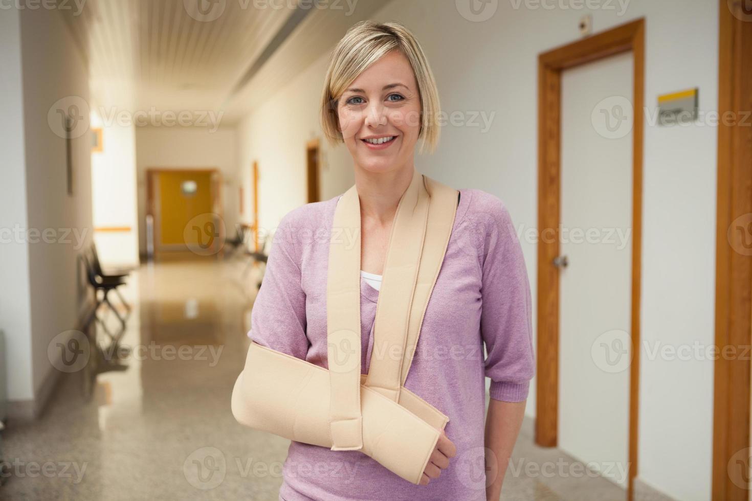 patient med trasig arm foto