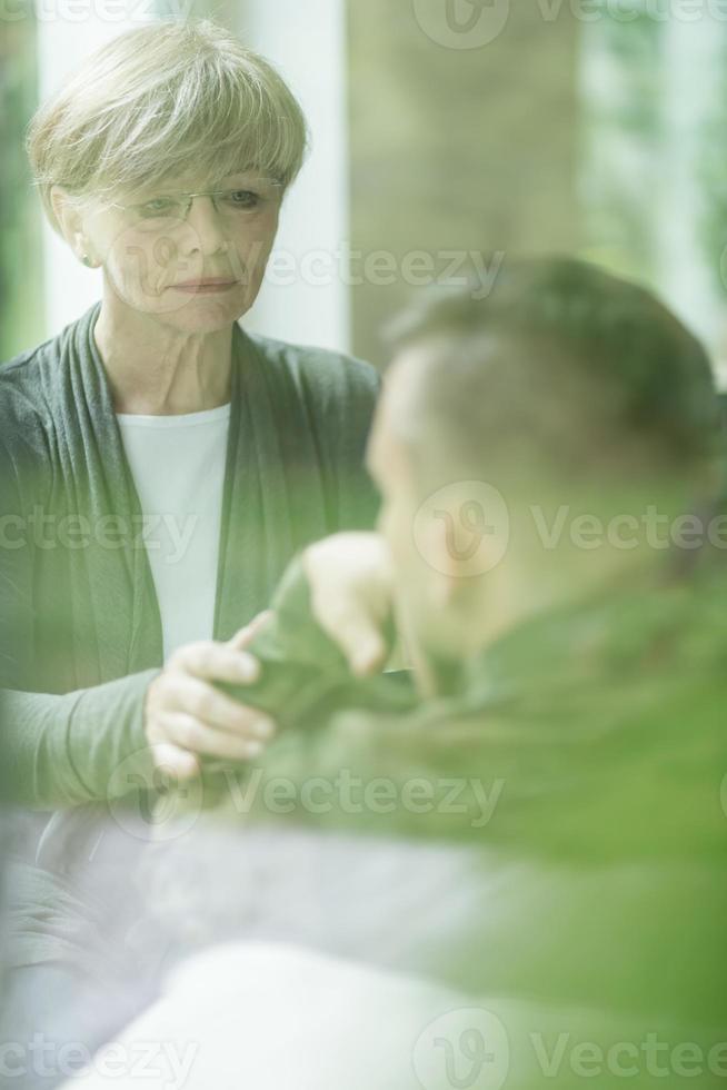 psykiater som tröstar militär patient foto