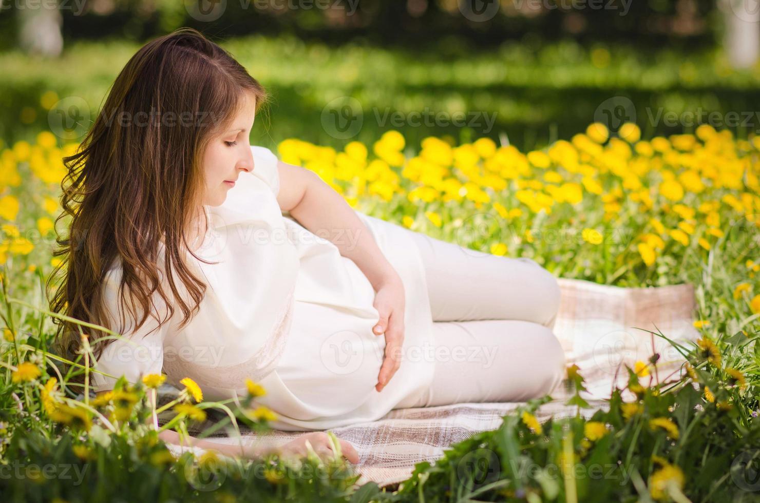vacker gravid kvinna i parken foto