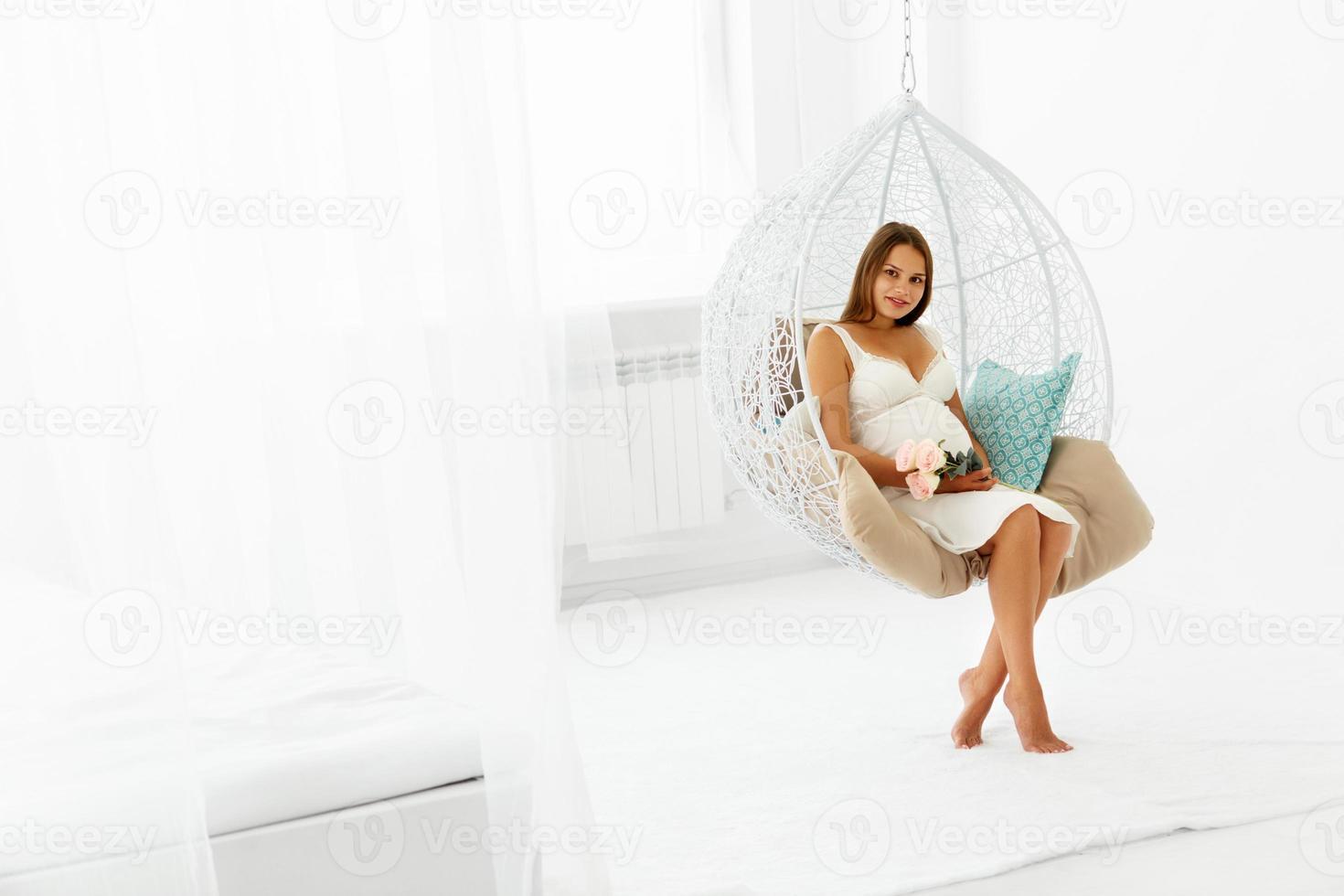 porträtt av den lyckliga gravid kvinnan. foto