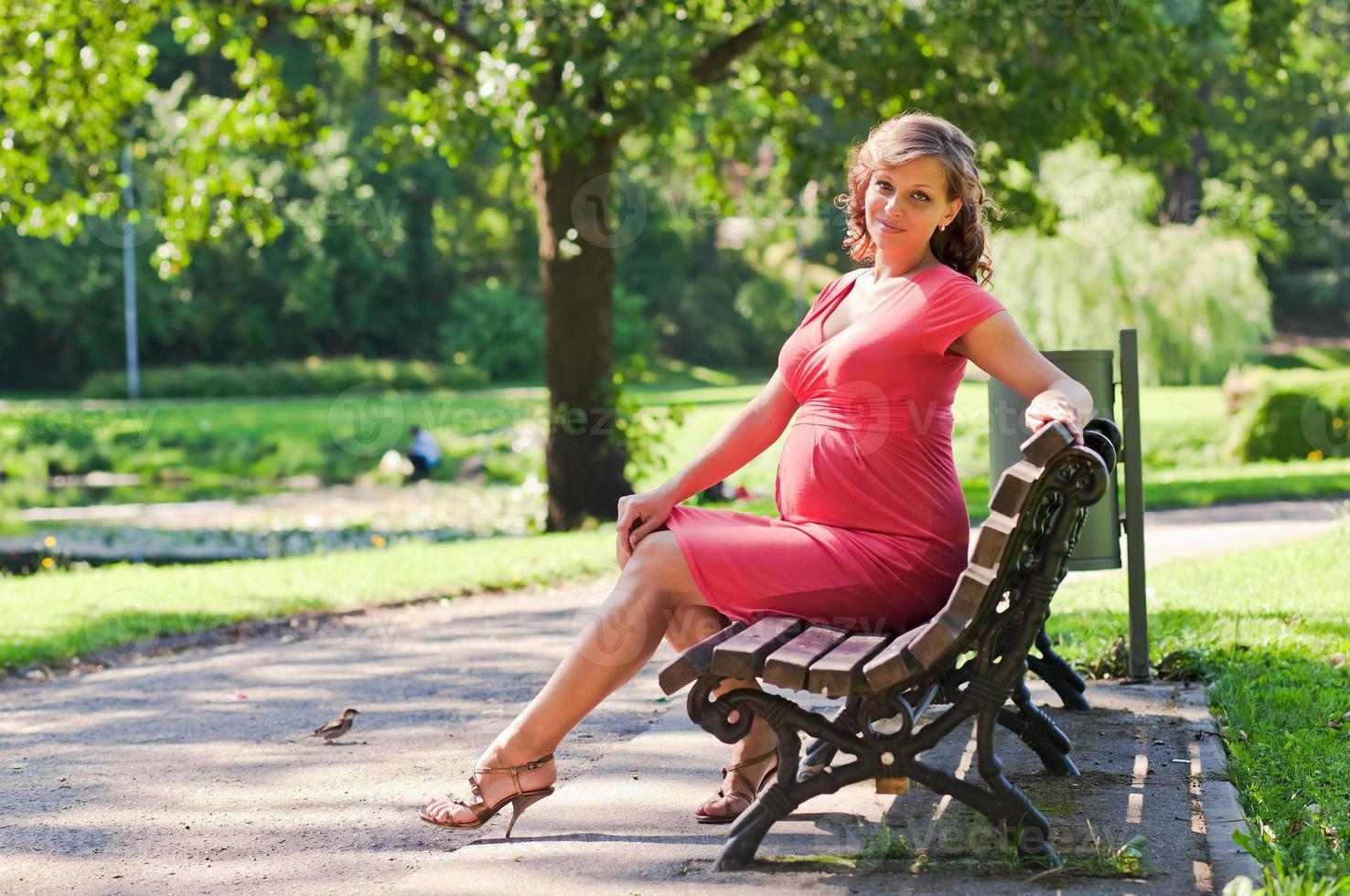 ung gravid kvinna i park foto