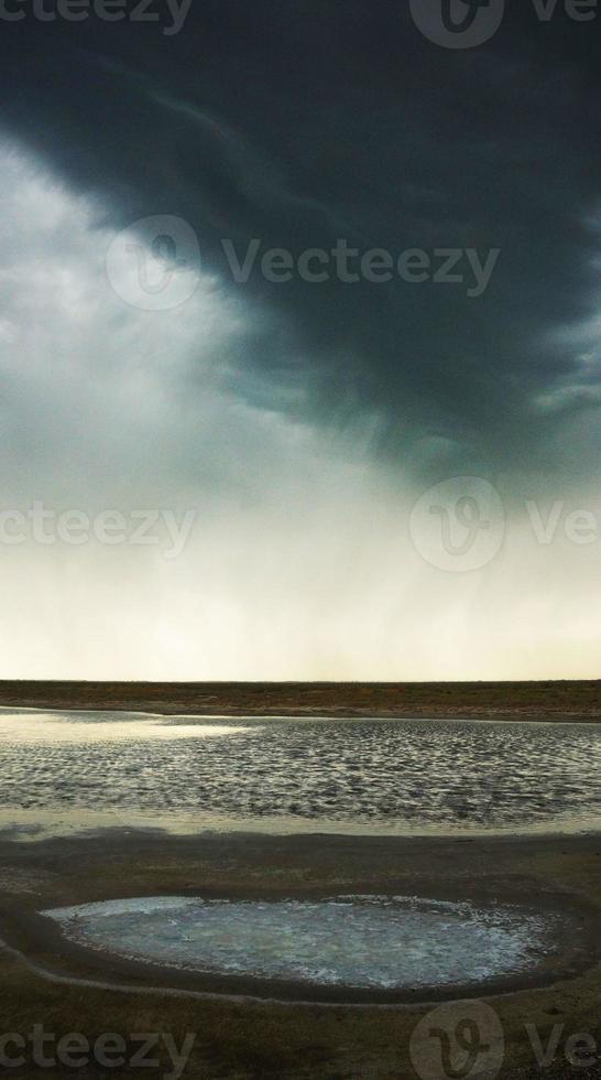 storm över sjön foto