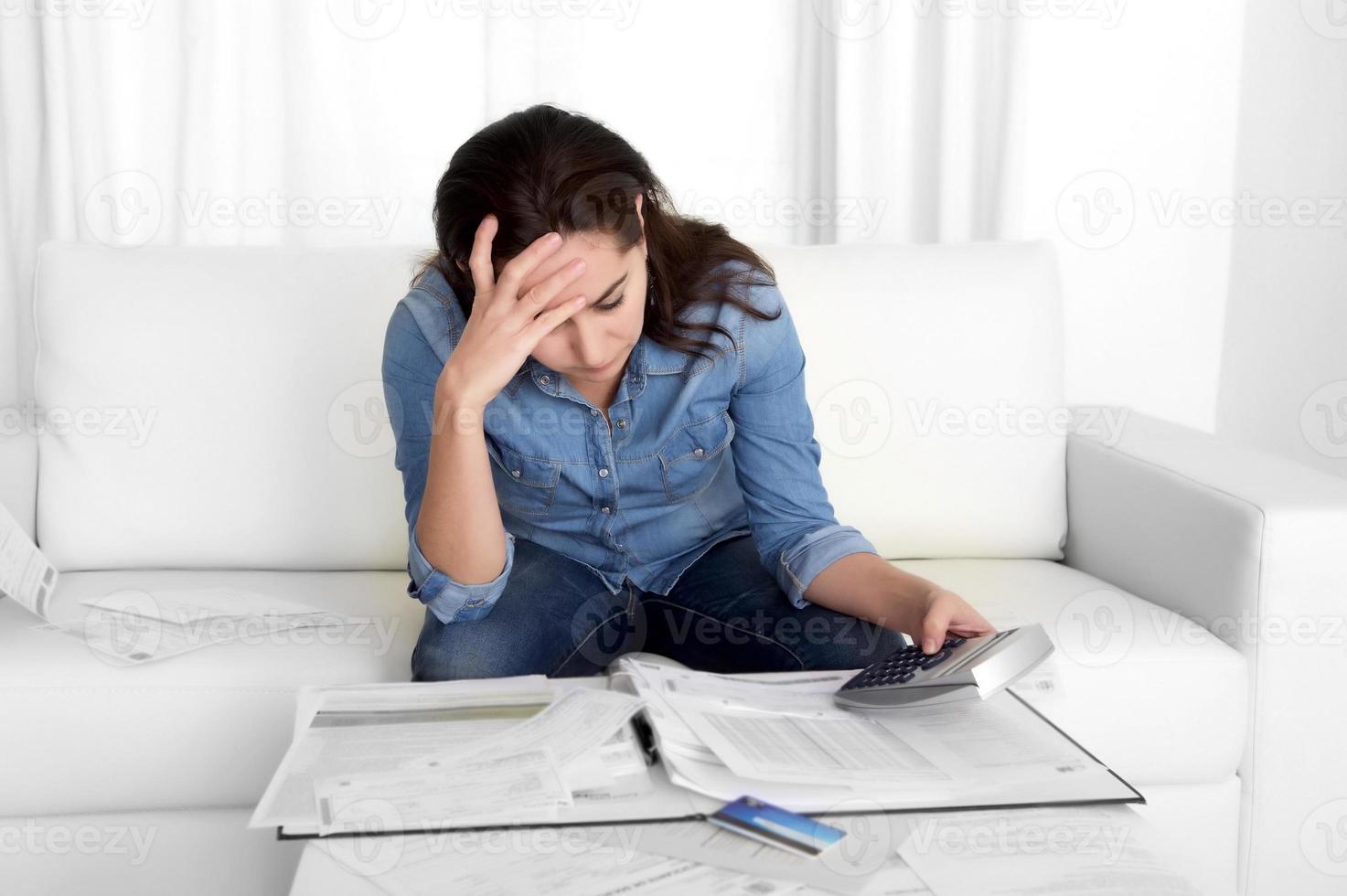 ung kvinna hemma i stress desperat efter ekonomiska problem foto