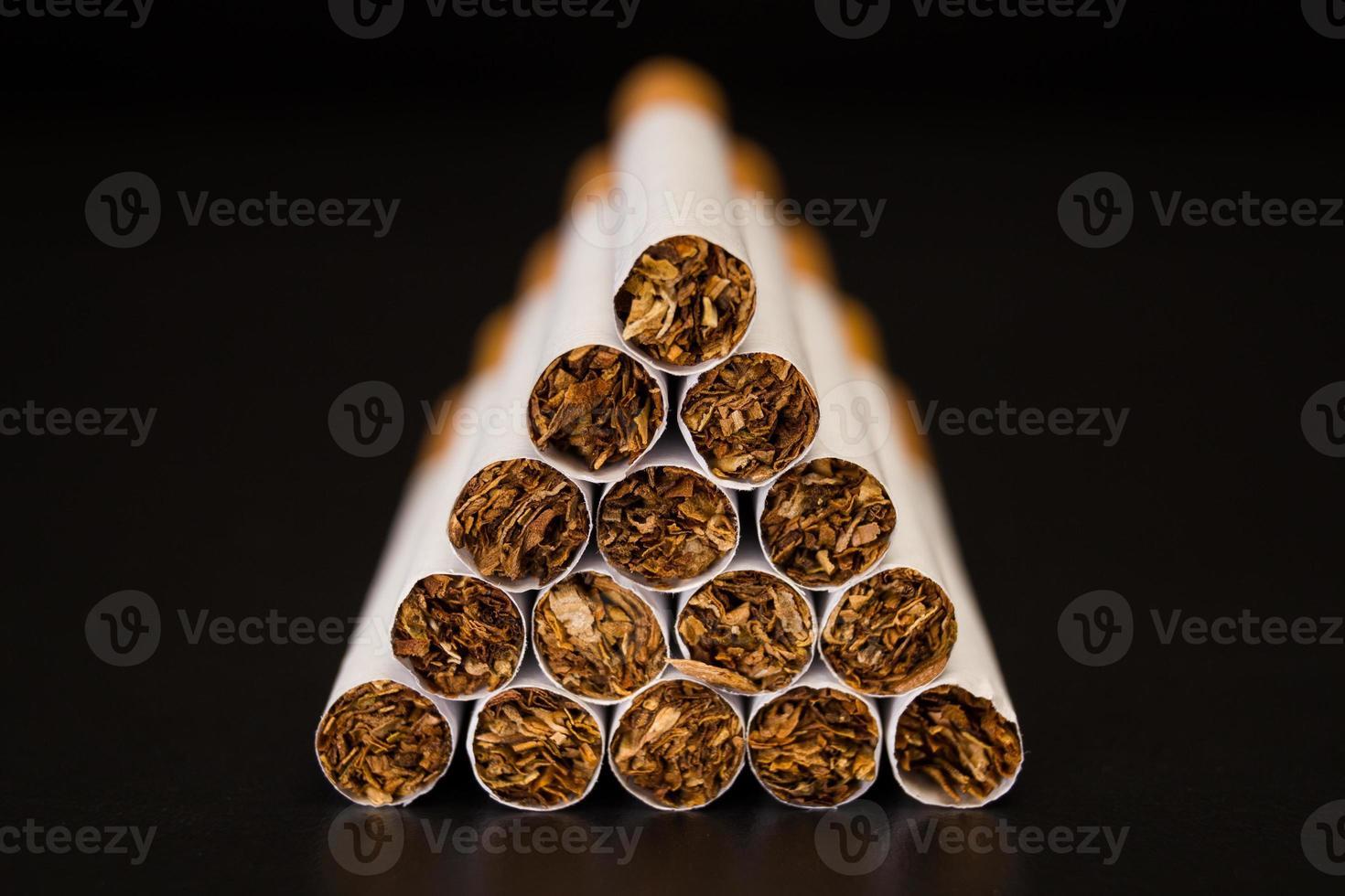 hög med cigaretter foto