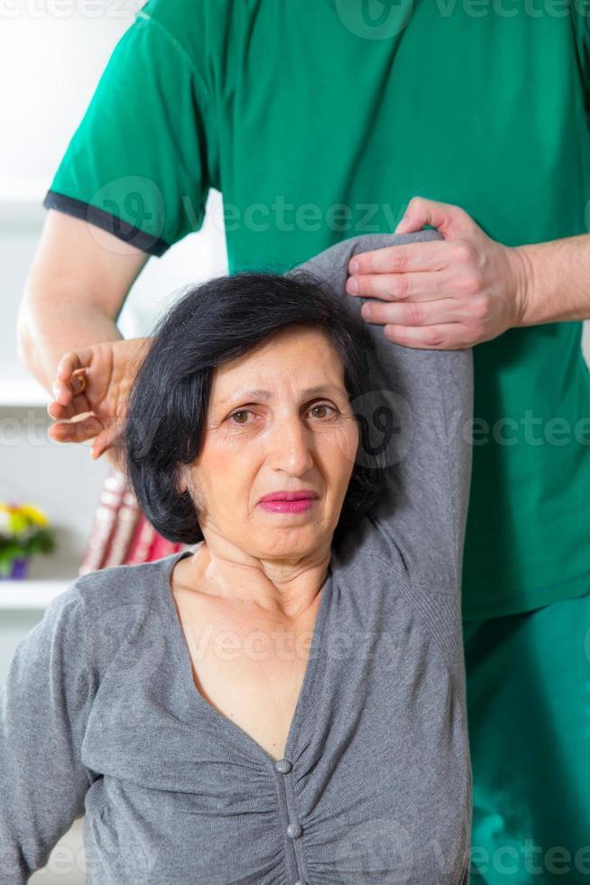 kiropraktor massage patientens rygg och rygg foto