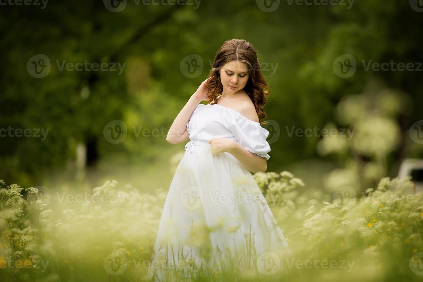 gravid kvinna på sommaren foto