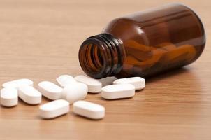 kapslar och piller i en flaska foto