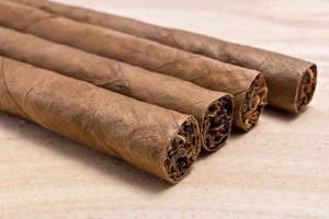 cigarrer på träbord foto