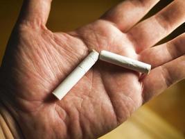 bryta cigarett till hands foto