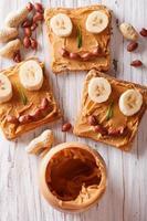 smörgåsar med jordnötssmör och banan för barn foto