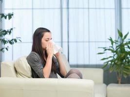 kvinna med influensa foto