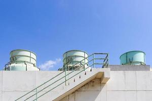 kemitank i fabrik med blå himmel foto
