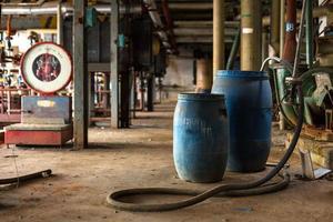 industriell interiör med kemiska tankar foto