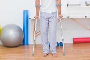 patient stående med krycka foto