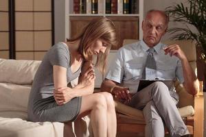 terapeut som tar hand om patienten foto