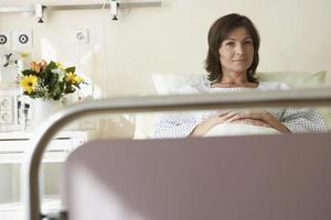patient som vilar i sjukhussäng foto