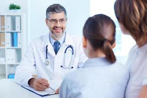 leende läkare foto