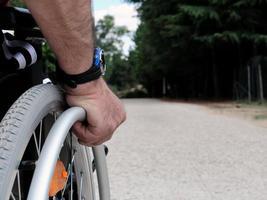 man i rullstol foto