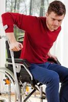 handikappad man med kryckor foto