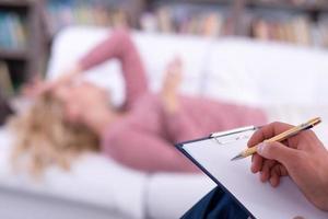 psykolog som har session med sin patient, närbild foto
