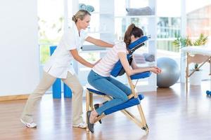 kvinna med ryggmassage foto