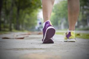 löpare som joggar bredvid trädgårdsvägen foto