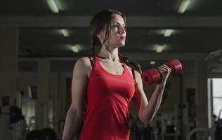 ung atletisk flicka i gymmet foto