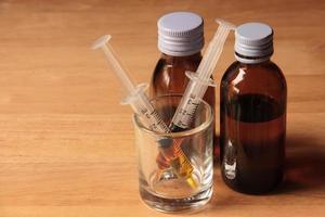 flytande läkemedel och spruta foto