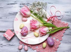 påskbord inställning med tulpaner och ägg foto