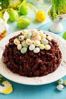 traditionell påskkaka av choklad med chokladägg. foto