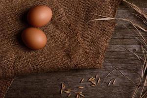 kycklingägg på säckväv rustik bakgrund foto