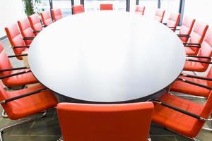 konferensrum med röda stolar foto
