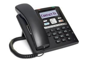 kontortelefon kontakta oss isolerad på vitt foto