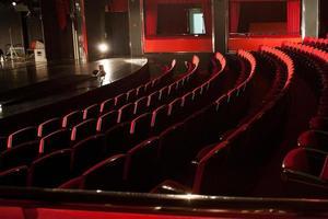 röda teaterplatser foto