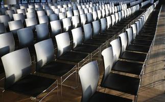 rader med tomma stolar förberedda för ett inomhusevenemang foto
