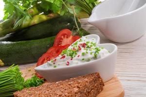 äta frukost ostmassa med gräslök foto