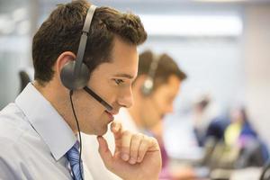 call center team på kontoret på telefonen med headset foto