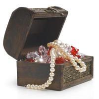 öppen skattkista med smycken isolerad på vitt foto