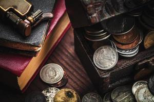 gamla mynt och objekt foto