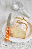 söt brioche med socker på en vit platta foto