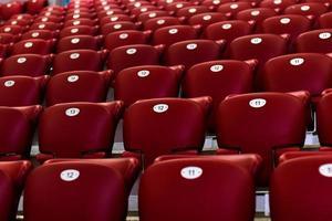 tomma röda konsertstolar foto