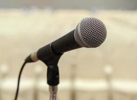 närbild av mikrofon i konferenshall foto