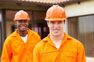 ung byggare och medarbetare foto