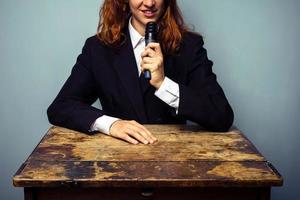 kvinna i kostym som håller föreläsning foto