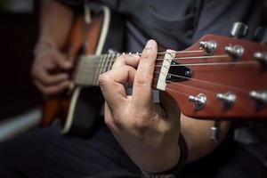 gitarrist spelar