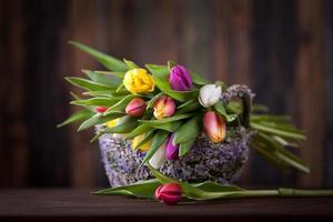 tulpaner i påskkorg foto