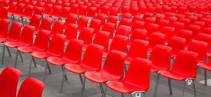 röda stolar foto